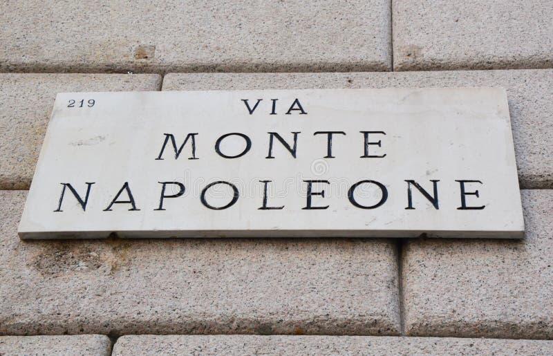 Через знак Monte Napoleone, известную улицу для моды и роскошь, милан, Италию стоковая фотография rf