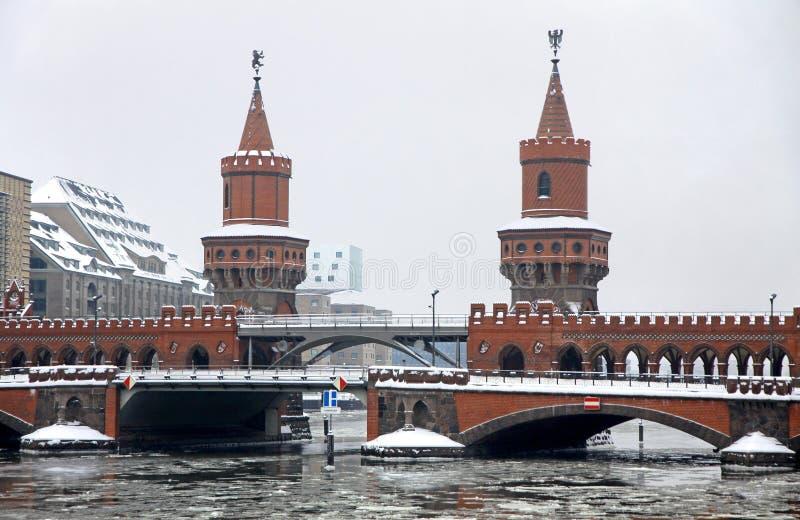 через оживление реки oberbaum моста berlin стоковые изображения rf