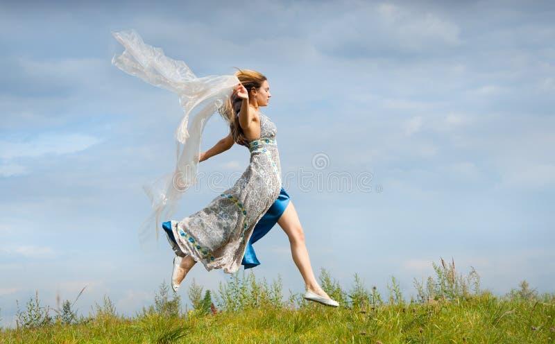 через поле девушка бежит детеныши стоковые изображения