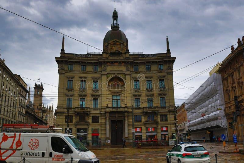 Через центр города Италию Милана взгляда дождливого дня улицы Dante стоковые изображения
