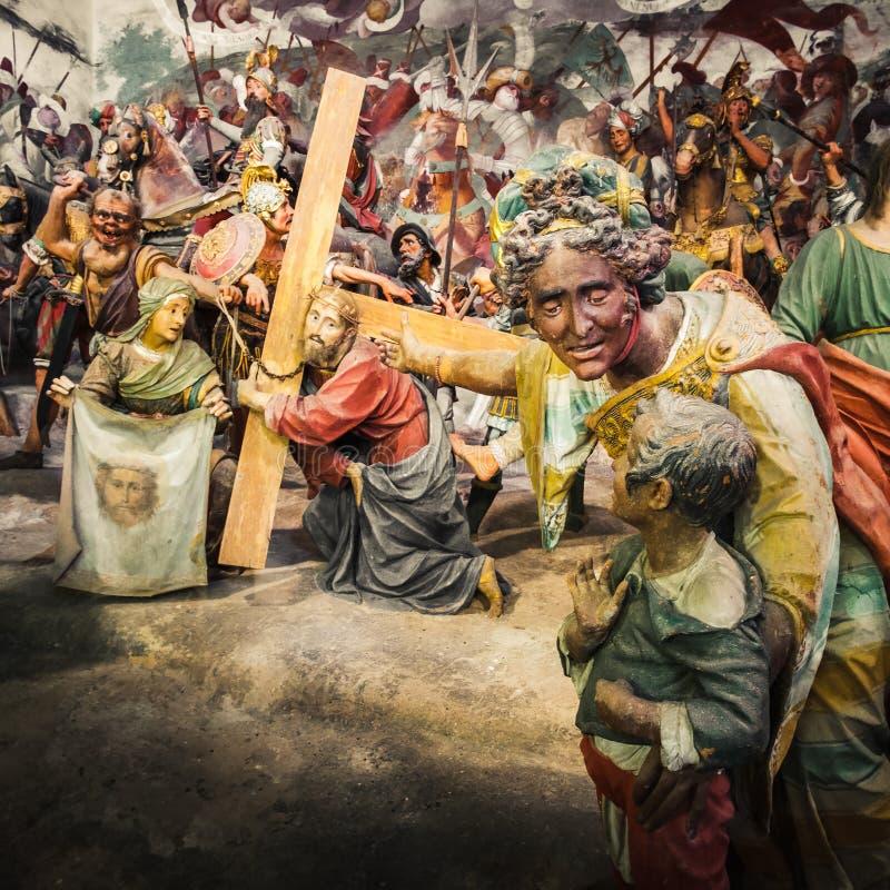 Через Crucis Иисуса Христоса, в страсти сцены Христоса библейской выставка женщины его ребенок Иисус Христос принося его крест ра стоковая фотография