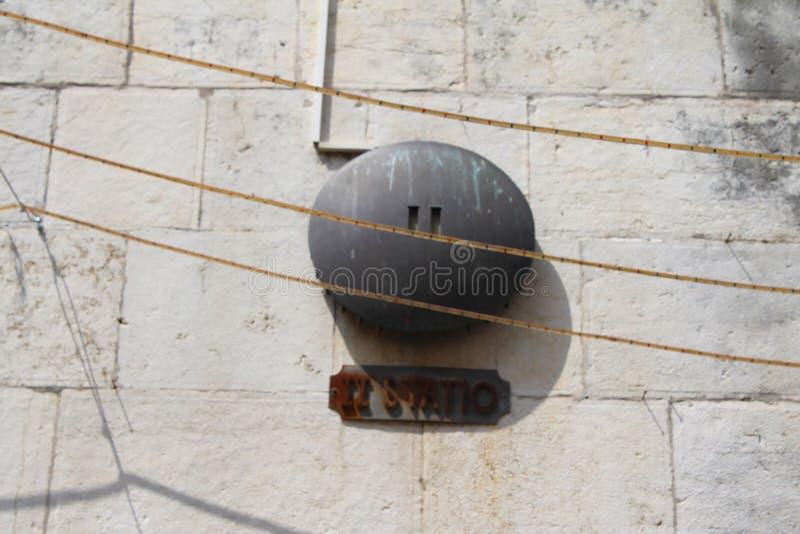 Через Dolorosa, знак второй станции Поддача Иисуса Христа, Иерусалим, старый городок, Израиль стоковые изображения