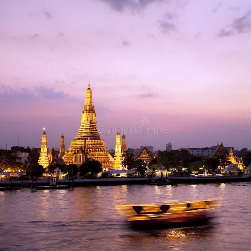 через wat захода солнца реки phraya chao arun стоковая фотография rf