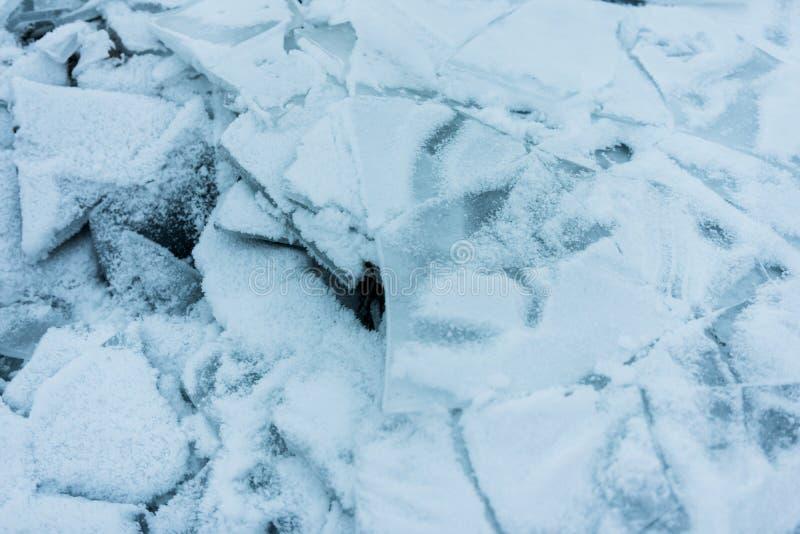 Черепки треснутого льда на береге замороженного озера стоковые фотографии rf