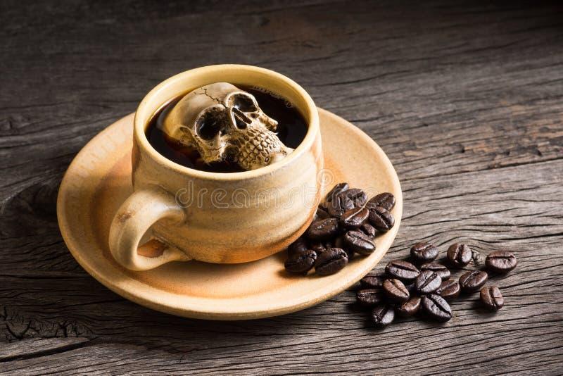 Череп выдерживает в кофе стоковое фото