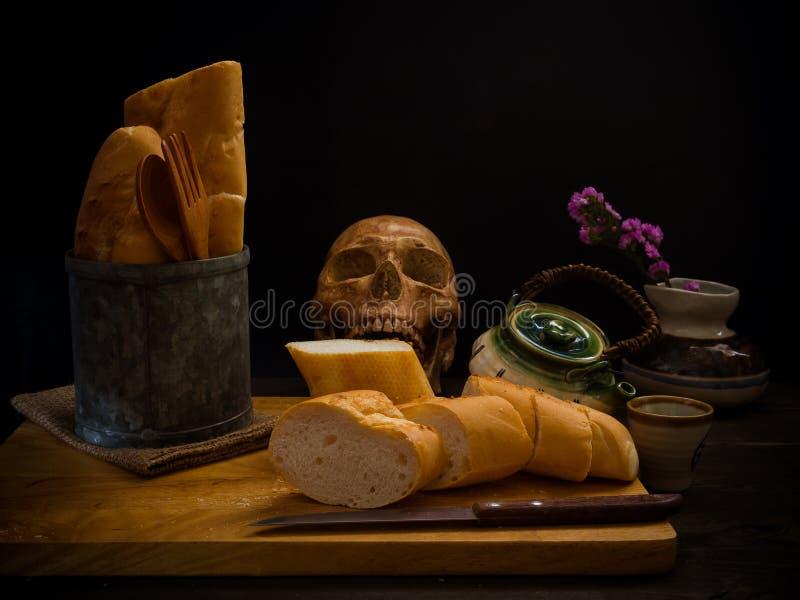 Череп и еда натюрморта человеческие стоковое фото rf