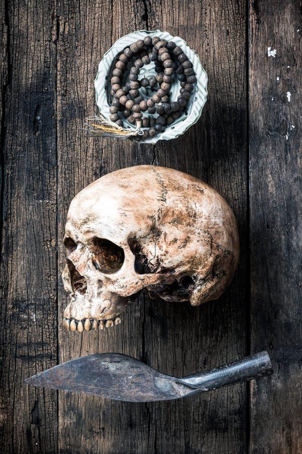 Череп и розарий (год сбора винограда) стоковая фотография