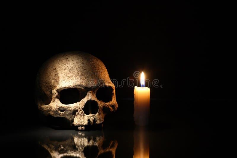 Череп и свеча стоковое фото rf