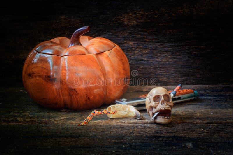Череп на монетке в концепции дня хеллоуина на старой винтажной деревянной предпосылке стоковые изображения