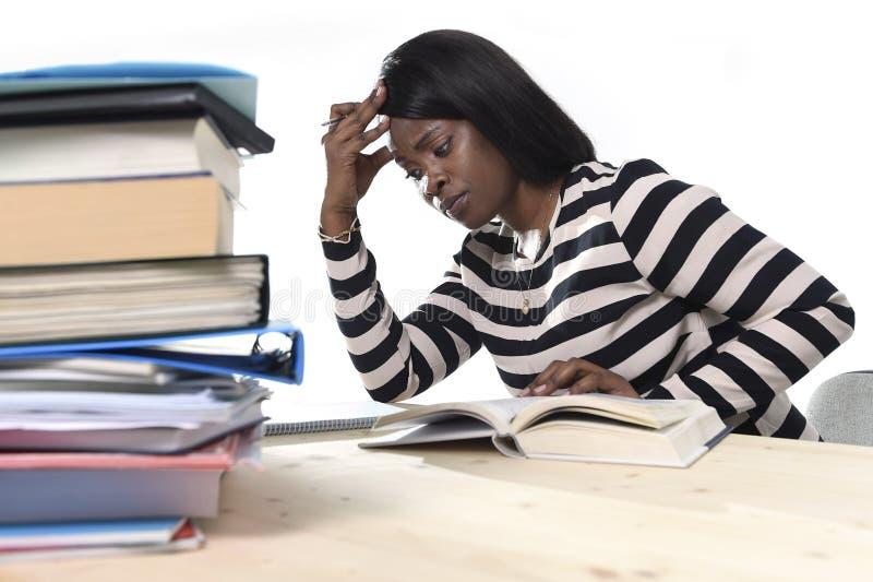 Черная Афро-американская девушка студента этничности изучая учебник стоковые изображения rf