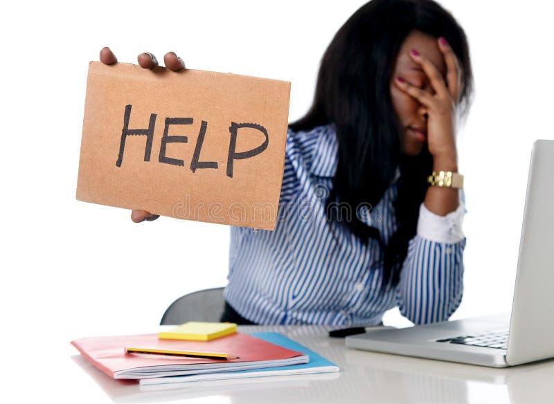 Черная Афро-американская этничность расстроила женщину работая в стрессе на офисе стоковое фото