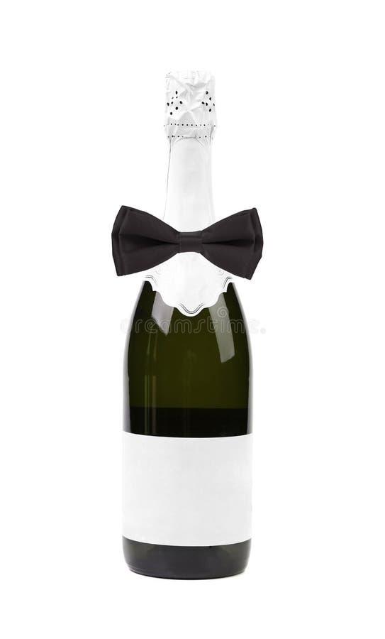 Черная бабочка на бутылке шампанского. стоковые фото