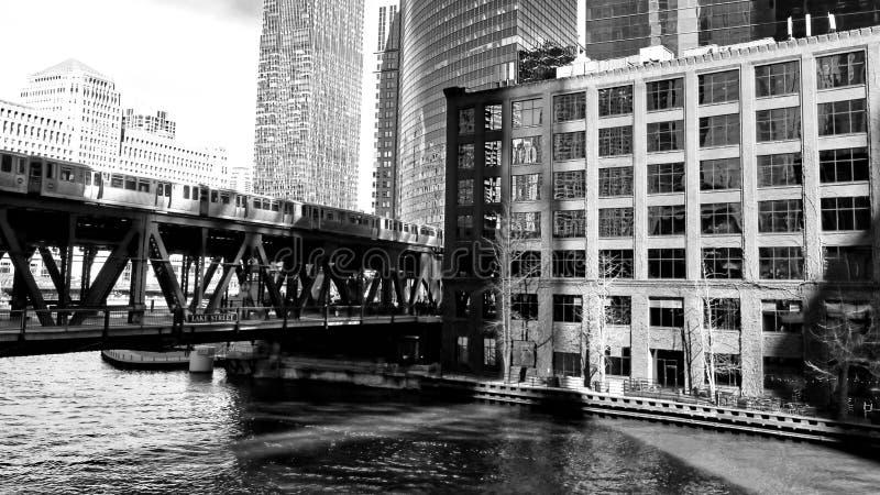 Черная & белая съемка повышенного поезда ` el ` пропуская над мостом улицы озера, пересекая Реку Чикаго в петле стоковая фотография rf