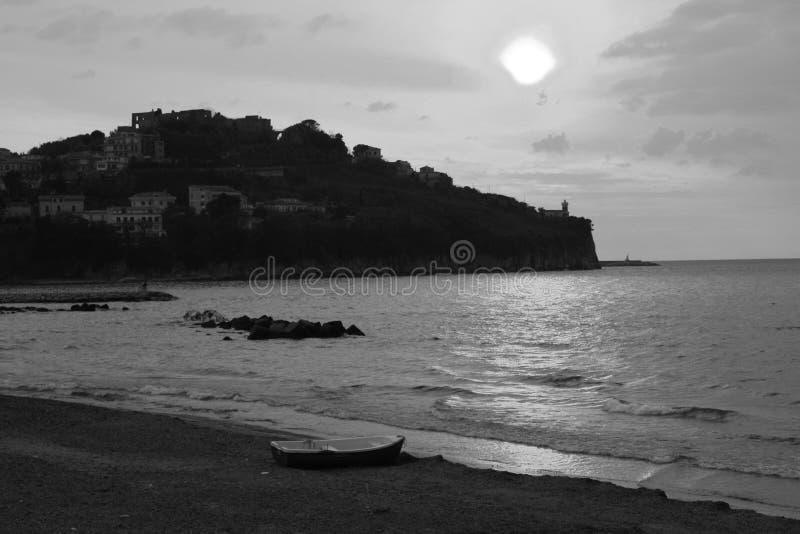 черная белизна захода солнца моря стоковое изображение rf