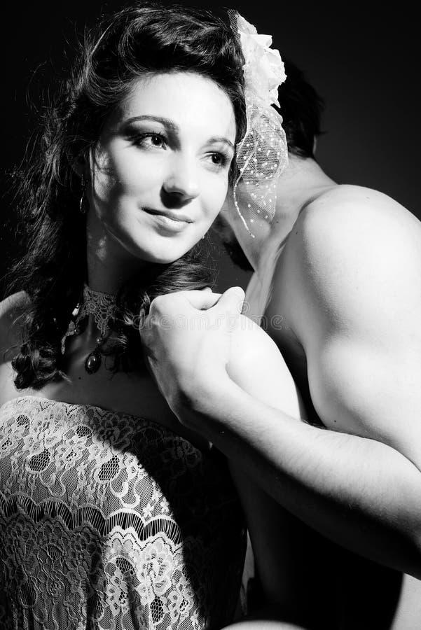 Черная белая фотография красивых романтичных пар обнимая на светлой предпосылке стоковая фотография rf