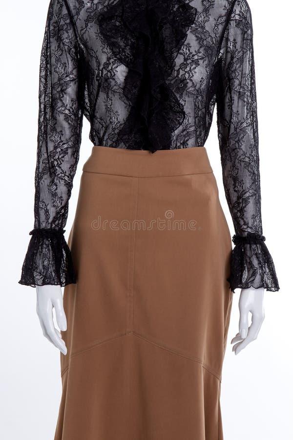 Черная блузка шнурка и длинная коричневая юбка стоковые изображения rf