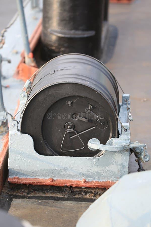 Черная бомба дыма на верхней палуба конца-вверх разорителя стоковое изображение rf
