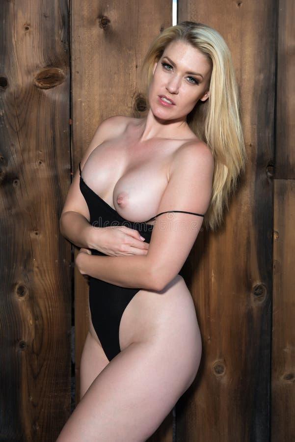 Download черная блондинка стоковое изображение. изображение насчитывающей привлекательностей - 81806355