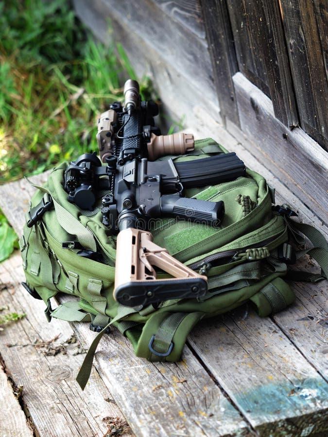 Черная винтовка на рюкзаке стоковая фотография rf