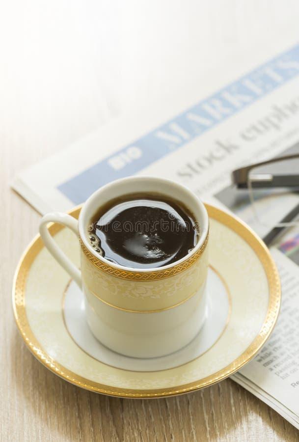 черная газета кофе завтрака стоковые изображения rf