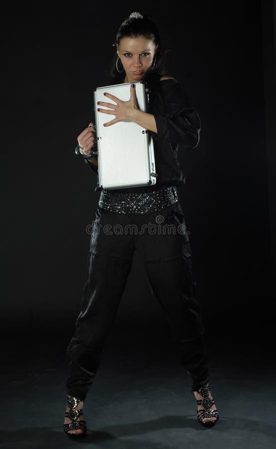 черная девушка держа сексуальный чемодан стоковые фотографии rf