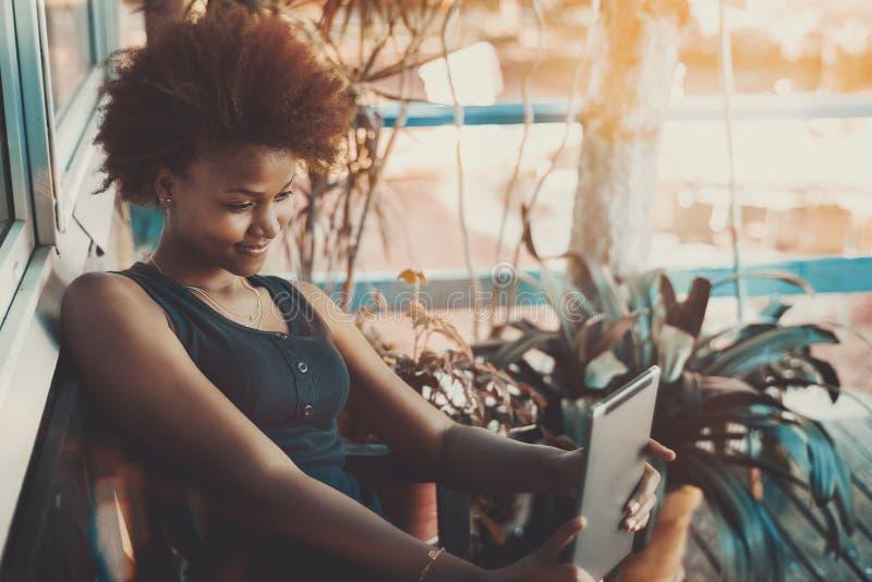 Черная девушка принимая selfie на ее цифровой пусковой площадке стоковые фото