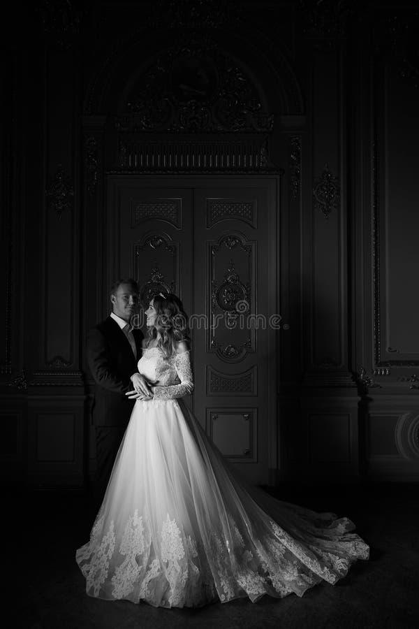 черная девушка прячет белизну рубашки съемки s человека Роскошные пары свадьбы в влюбленности Красивая невеста в белом платье с б стоковое фото