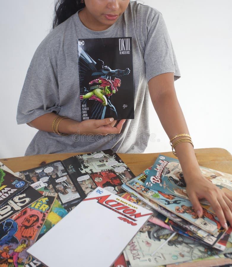 Черная девушка читая собрание комиксов стоковая фотография rf