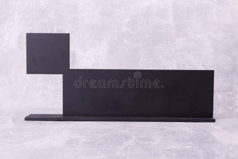 Черная деревянная полка на стене стоковое фото