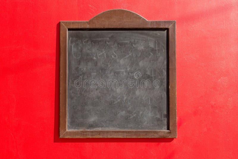 Черная доска и красная предпосылка стоковая фотография rf