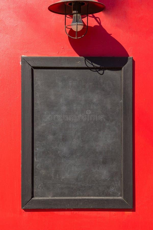 Черная доска и красная предпосылка стоковое изображение rf