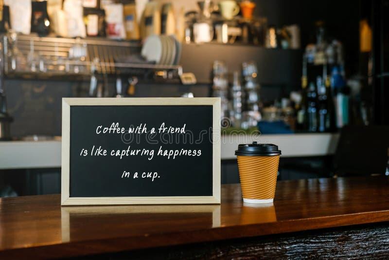 Черная доска с кофе цитаты с другом как захватывать ha стоковые изображения