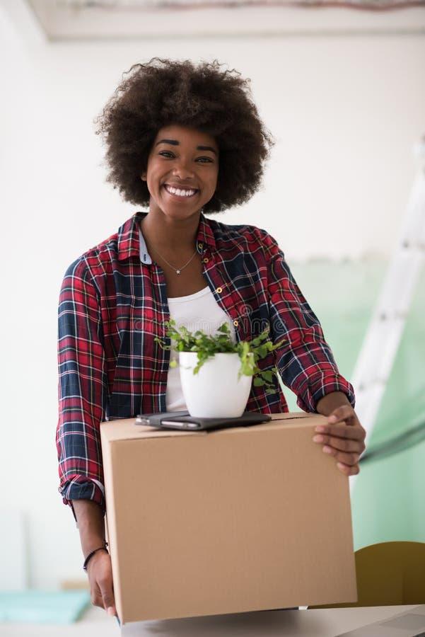 Черная девушка двигая в новую квартиру стоковые фото