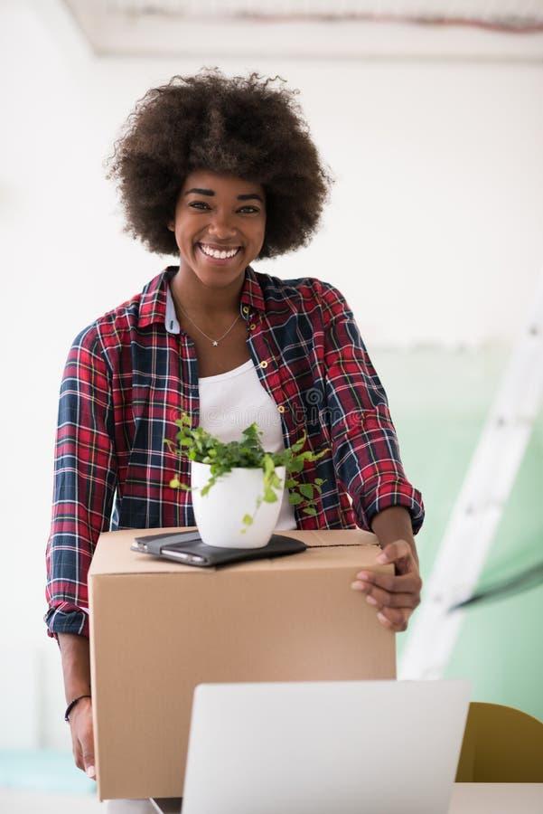 Черная девушка двигая в новую квартиру стоковые изображения rf