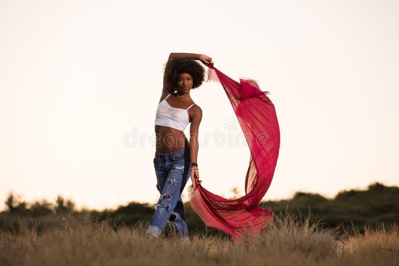 Черная девушка танцует outdoors в луге стоковые фотографии rf