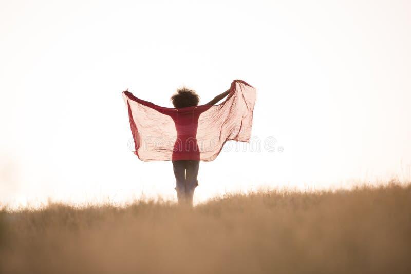 Черная девушка танцует outdoors в луге стоковое фото