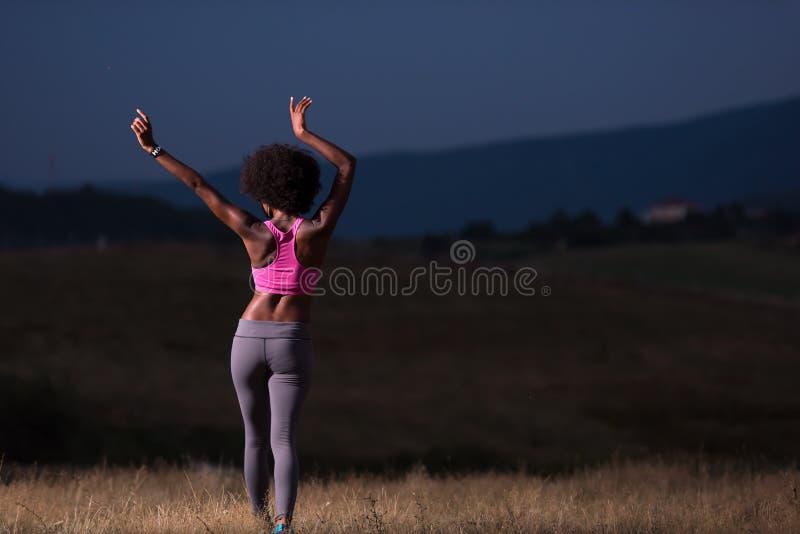 Черная девушка танцует outdoors стоковые фото