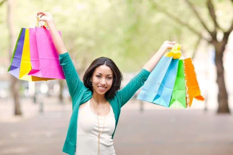 черная женщина покупкы стоковое изображение