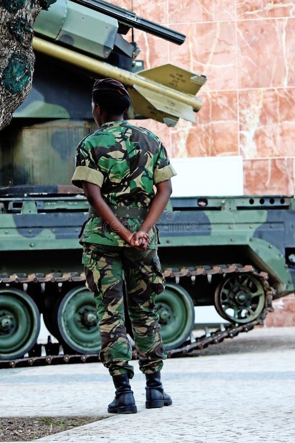 Черная женщина солдата стоковая фотография