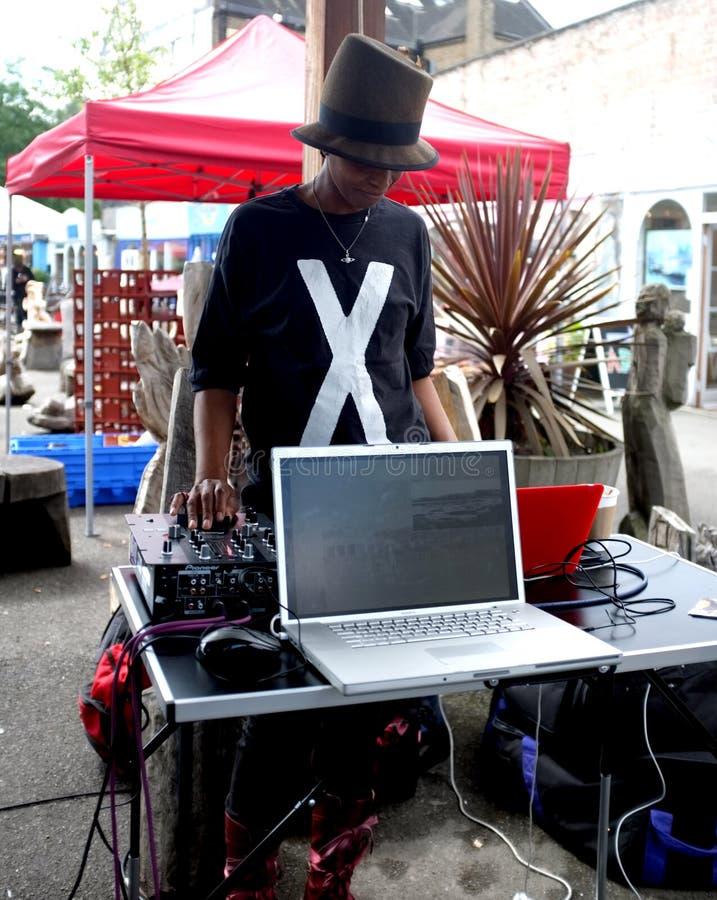 Черная женщина DJ стоковые изображения rf