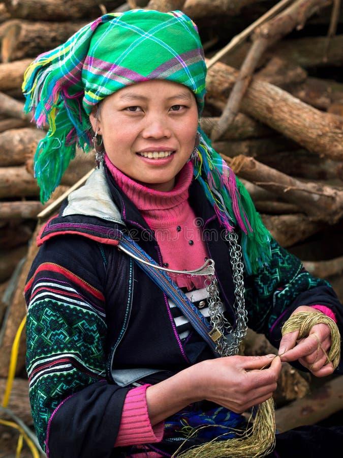 Черная женщина Hmong нося традиционную одежду, Sapa, Вьетнам стоковая фотография rf