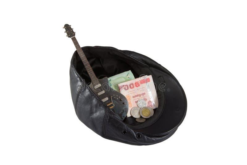 Черная кожаная шляпа при подаренные деньги, изолированные на белизне стоковые изображения rf