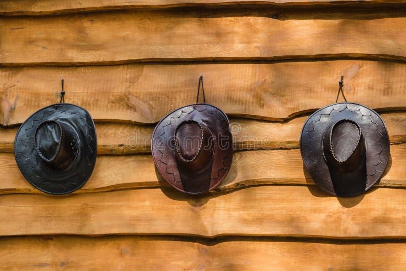черная коричневая сторновка 3 шлемов шлема ковбоя стоковое изображение
