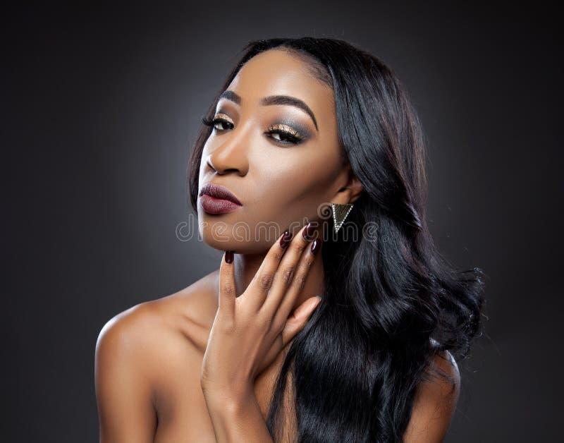 Черная красота с элегантным вьющиеся волосы стоковая фотография rf