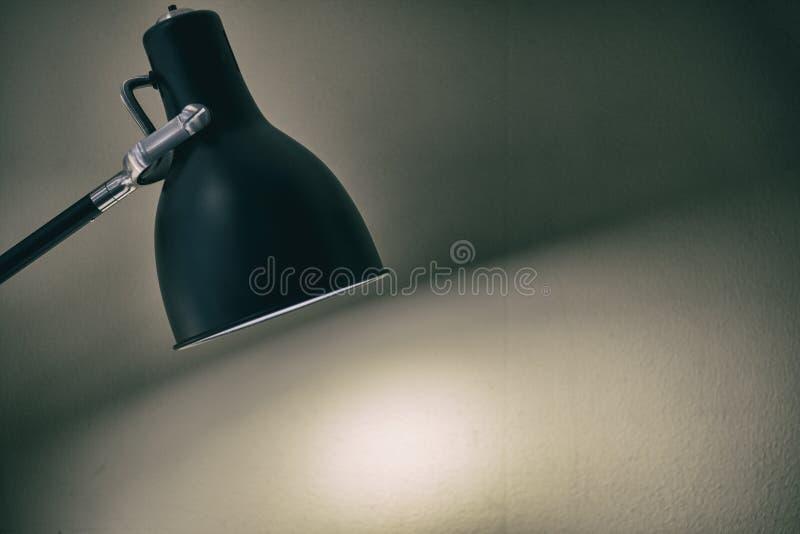 Черная лампа приспособления с белой предпосылкой стены стоковые изображения rf
