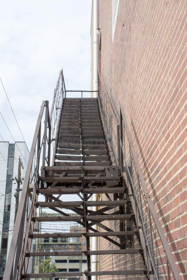 Черная лестница пожарной лестницы стоковая фотография rf