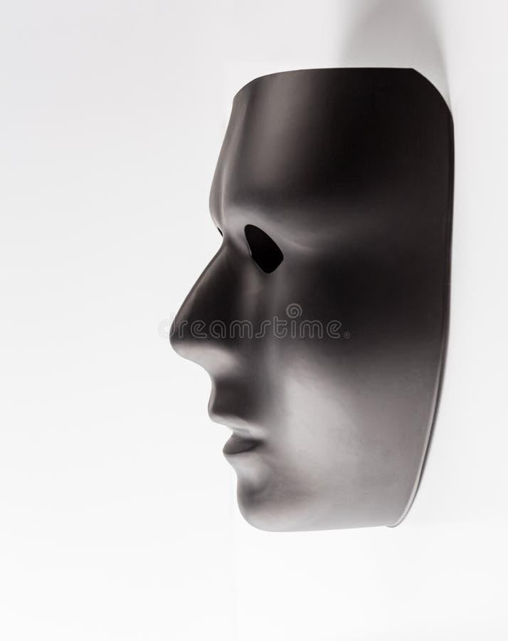 Черная маска вытекая от белой предпосылки стоковое фото rf