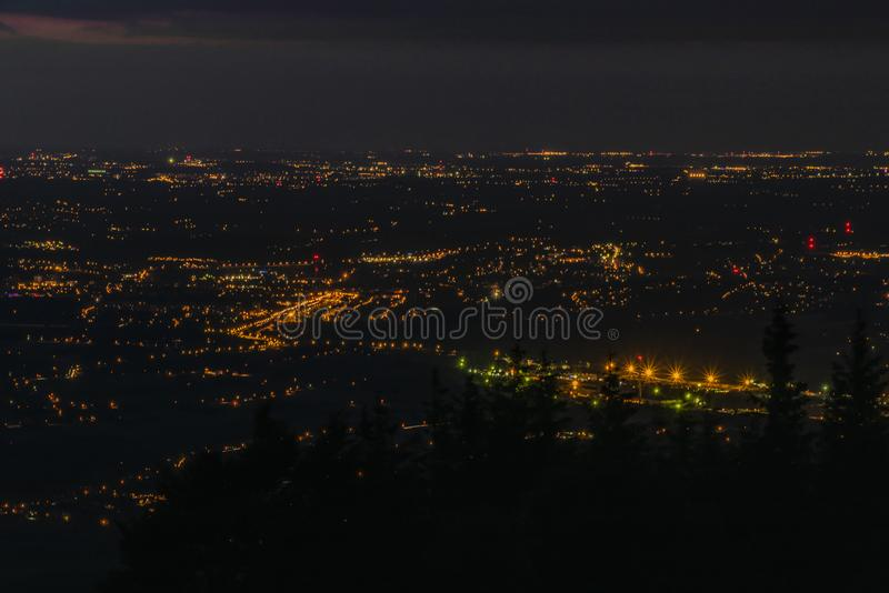 Черная ночь лета над городком фабрики Trinec стоковая фотография rf