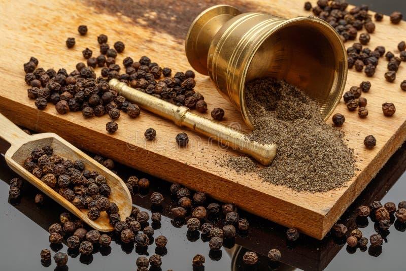 Черная перчинка и земной черный перец стоковая фотография rf