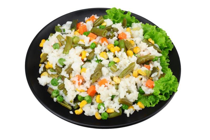 Черная плита с белым рисом, зелеными горохами, законсервированными стерженями мозоли, отрезать зеленые фасоли изолированные на бе стоковая фотография